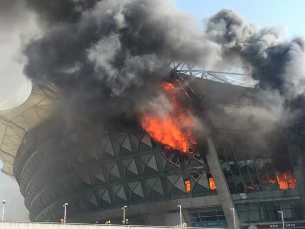◆中国超級◆テベス所属上海申花のホームスタジアムが火災で大炎上