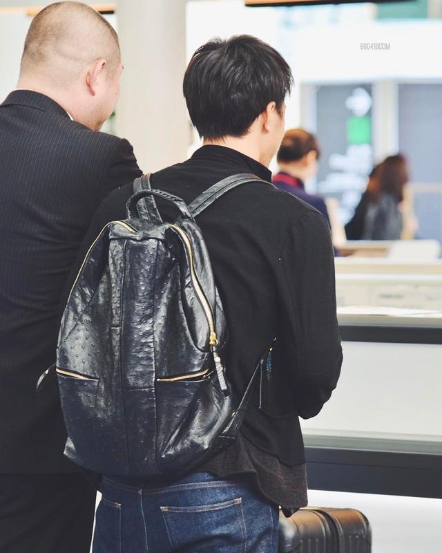 ◆画像◆羽田で順番待つ岡崎慎司の後ろ姿と横の人www
