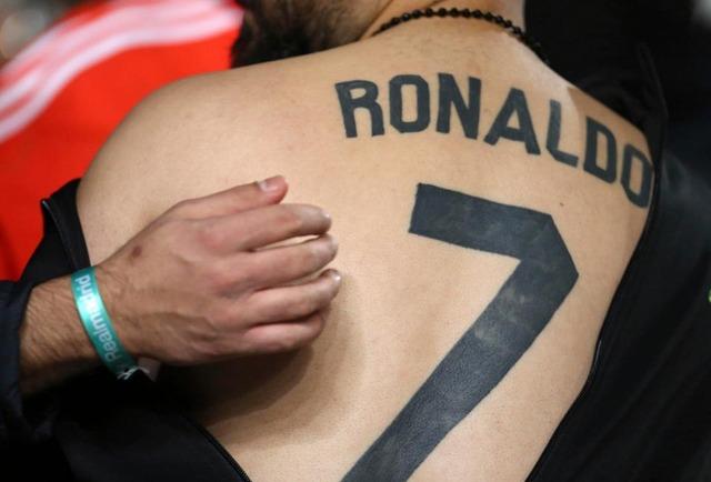 ◆悲報◆背中にロナウド7とタトゥーを掘った熱狂的クリロナファン、レアルのチームバスに突撃してあえなく御用!