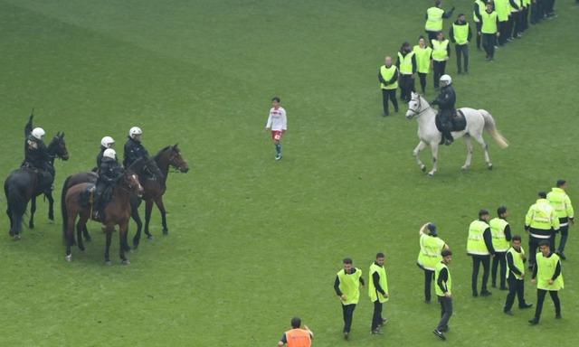 ◆画像◆騎馬警官、大量の警備員にピッチの真ん中で囲まれる伊藤達哉がおとぎの世界みたいで草