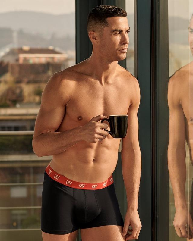 ◆朗報◆クリロナさん、朝からパンイチで裸コーヒー!日の出を見つめニヒルに決める(´・ω・`)