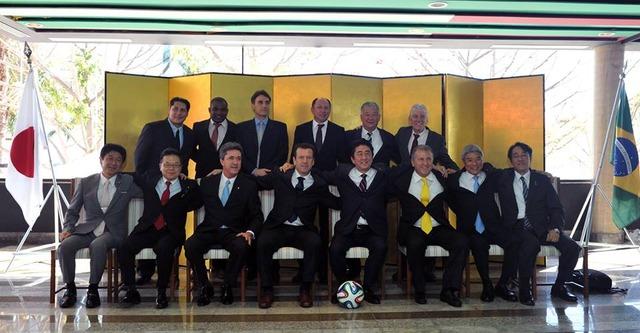 ◆サッカー外交◆安倍首相、首都ブラジリアでジーコ、ドゥンガ代表監督、セルジオ越後などJリーグに貢献したブラジル人らと交流