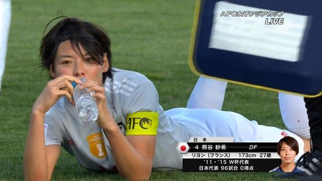 ◆画像◆それでは試合終了後寝そべって水で喉を潤す熊谷紗希さんを御覧ください