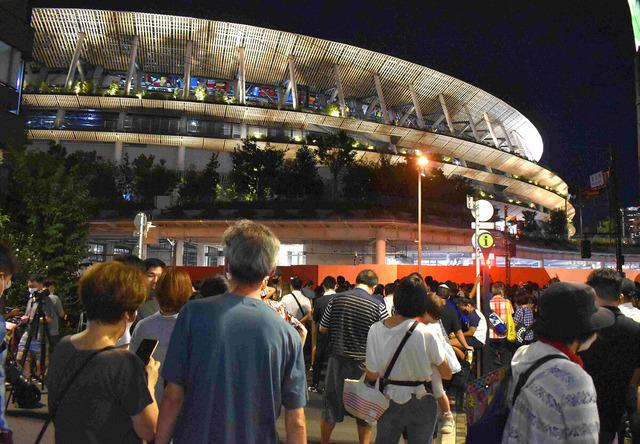 ◆悲報◆東京五輪閉会式中の国立の外、五輪反対派で密(´・ω・`)