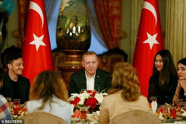 ◆悲報◆メスト・エジル、トルコ大統領の夕食会参加して物議