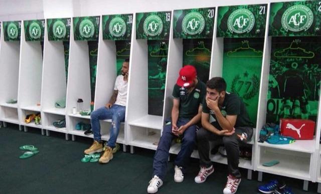 ◆悲報◆帯同してなかった選手だけが座ってるシャペコエンセのドレッシングルーム風景が悲しすぎる