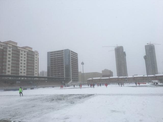 ◆U世代◆U19アジア選手権予選日本×シンガポール見てたら突如ショベルカーが出てきて雪かき始めてワロタw