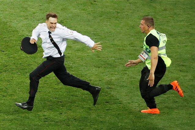 ◆恐ロシア◆ロシアW杯決勝でピッチに乱入した「プッシー・ライオット」のメンバー毒を盛られ病院搬送 視力を失い動けない模様