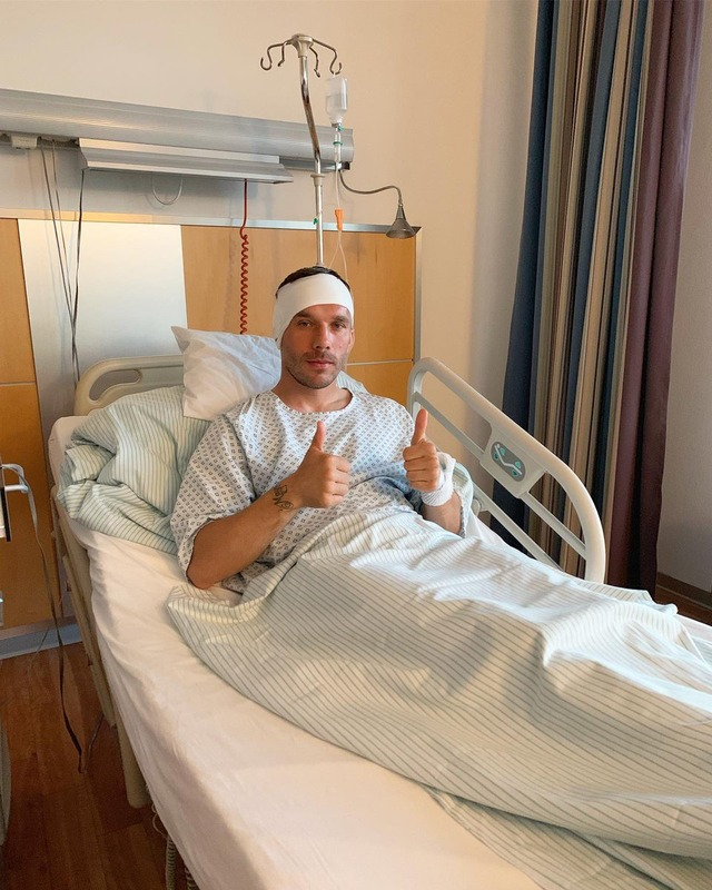 ◆悲報◆ポドルスキを久しぶりに見たら病院のベットの上で頭に包帯を巻いていた