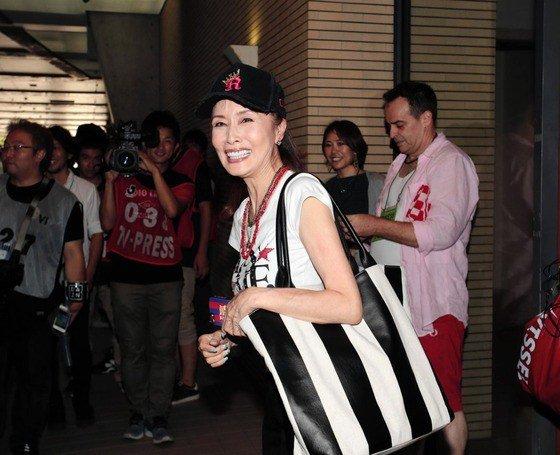 ◆画像◆イニエスタ応援のために神戸入りした小柳ルミ子のバックが白黒(神戸の旧チームカラー)で草