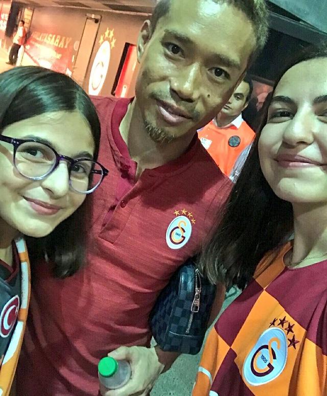 ◆画像◆長友佑都のトルコでの人気は本物?トルコ美少女ファンとスリーショット!