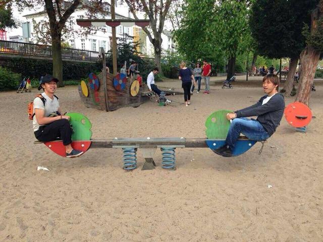 ◆悲報◆今や代表エースの清武弘嗣さん・・・乾と一緒に公園のシーソーで遊んでる画像晒される(´・ω・`)