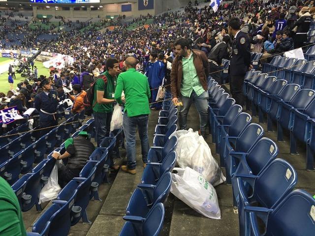 ◆イイハナシダナー◆日本×サウジアラビア終了後、サウジサポが埼スタの清掃をしていると話題に!