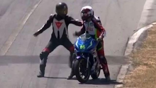 ◆他競技珍◆コスタリカのバイクレースで他人のバイクに乗り移って殴りかかる珍事が発生!なお王者決定戦だった模様