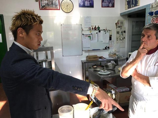 ◆ミラン本田◆本田圭佑、レストランの厨房らしき場所でシェフに本田レッスン