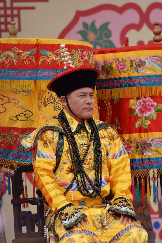 ◆画像◆長崎ランタン祭りに皇帝の出で立ちで登場した手倉森誠が手品を始めそうに見えると話題に!