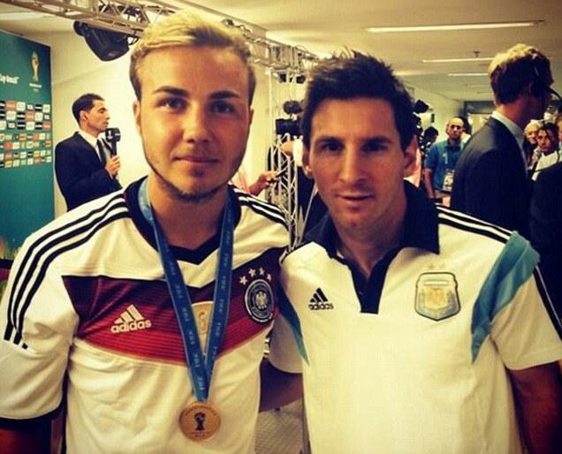 ◆W杯小ネタ◆表彰式終了後ドイツ代表ゲッツェくんは大好きなメッシとツーショット!も画像に違和感(´・ω・`)