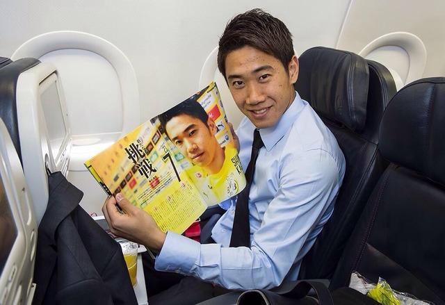 ◆朗報?◆トリノからの帰り飛行機、香川さん自分の載ってる雑誌開いてにっこり・・・顔色もよし