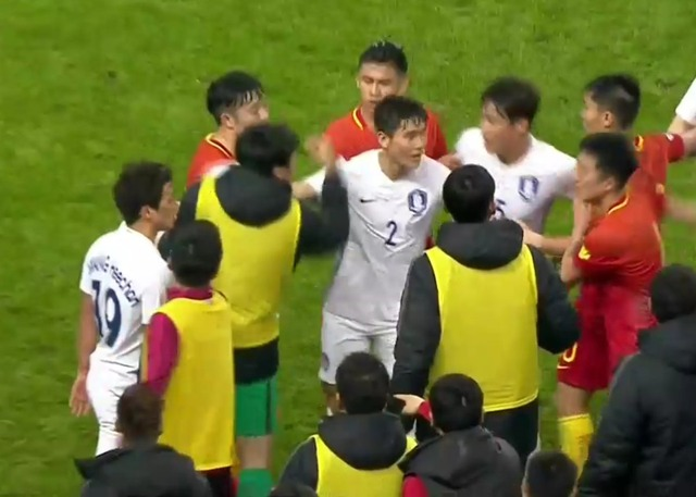 ◆W杯予選◆中国×韓国 敗色濃厚韓国選手倒れた中国選手を蹴り飛ばして乱闘勃発!