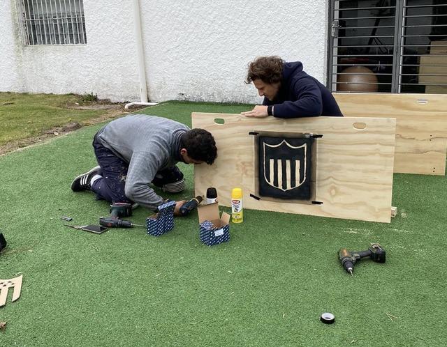◆画像◆DIYでテーブルを作製する、元ウルグアイ代表ディエゴ・フォルランwww