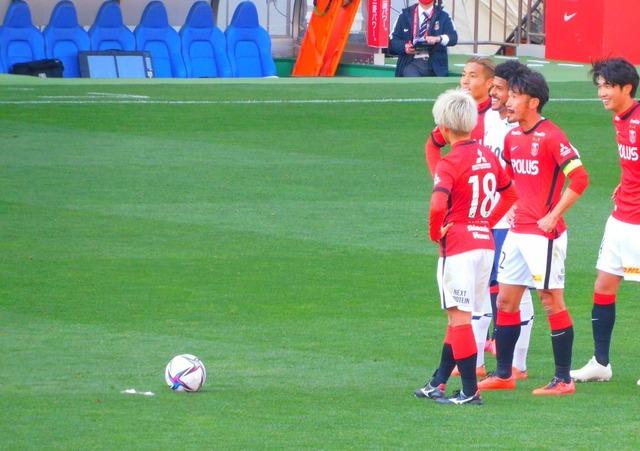 ◆朗報◆FC東京のレアンドロさん、浦和のFKの輪に加わってニッコリ(*^^*)