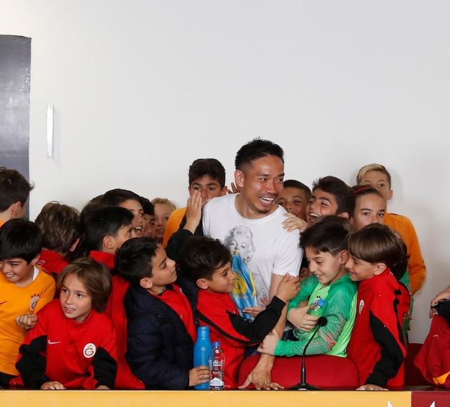 ◆トルコ◆ガラタサライのアカデミーの子供らを訪問した長友佑都、子供らノリノリでタジタジ