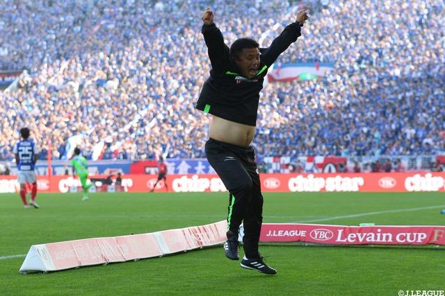 ◆画像◆ルヴァン決勝ゴールが決まった瞬間の湘南監督チョウ・キジェの腹が結果にコミットできてないと話題に!