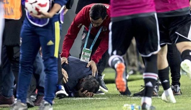 ◆悲報◆トルコカップ準決勝イスタンブールダービー大荒れ!ベジクタシュのギュネス監督の頭部に観客が投げたものが直撃して中止!ギュネス監督は救急車で搬送