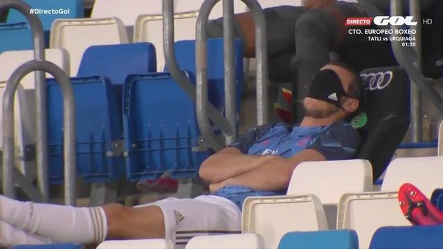 ◆悲報◆ギャレス・ベイルさんベンチで口マスクをアイマスクにして睡眠しているところを抜かれてしまう(´・ω・`)