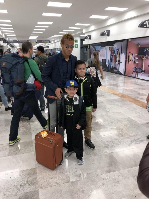 ◆画像◆本田圭佑メキシコの空港でメキシコ人少年ファンとパシャリ!