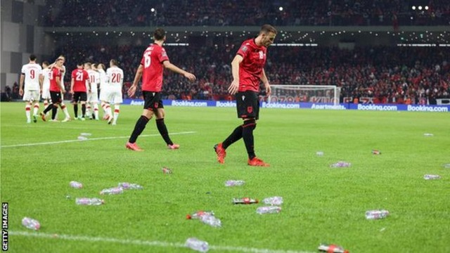 ◆悲報◆ホームでグループ首位争い直接対決で先制されたアルバニアサポ激おこ!ペットボトル投げ放題で大荒れ