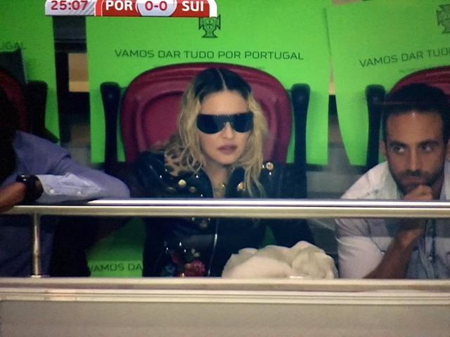 ◆画像◆サッカー選手の息子のためにポルトガル移住したマドンナがW杯欧州予選ポルトガル×スイスでポルトガルを応援!