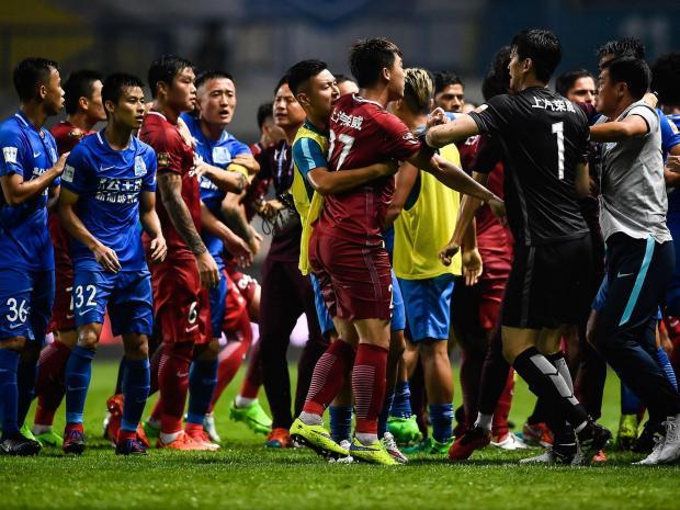 ◆悲報◆中国超級で50人大乱闘の狼煙を上げた上海上港オスカルに追加処分で8試合出場停止と罰金65万円
