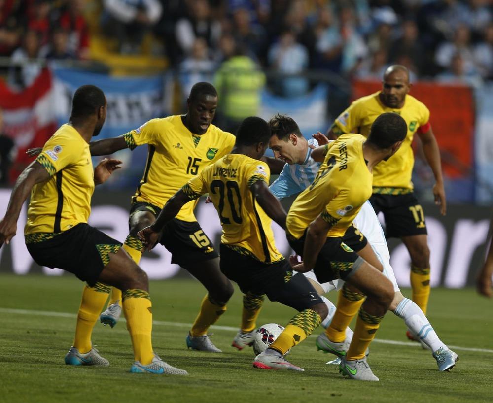 ◆画像小ネタ◆メッシ ジャマイカ代表選手にピッチ上でツーショットをせがまれ困惑