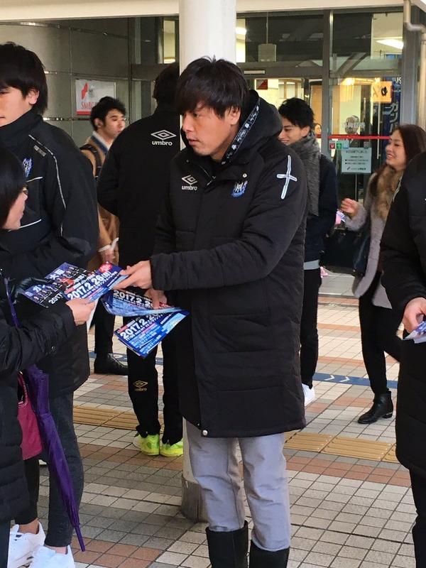 ◆画像◆G大阪 遠藤ヤットさん寒空の中大阪駅前でビラ配り