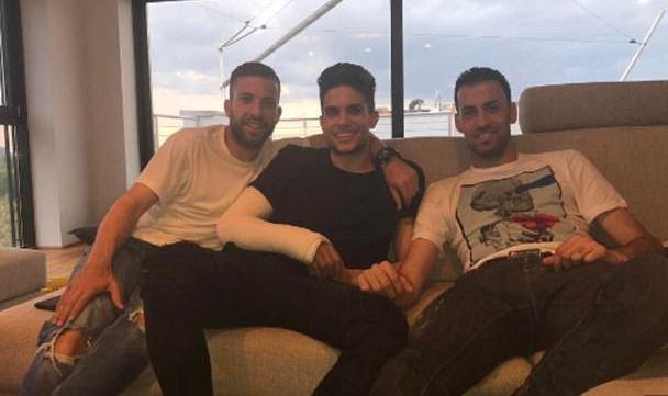 ◆朗報◆テロで負傷のバルトラ、バルサの旧友アルバとブスケツの訪問に笑顔でパシャリ