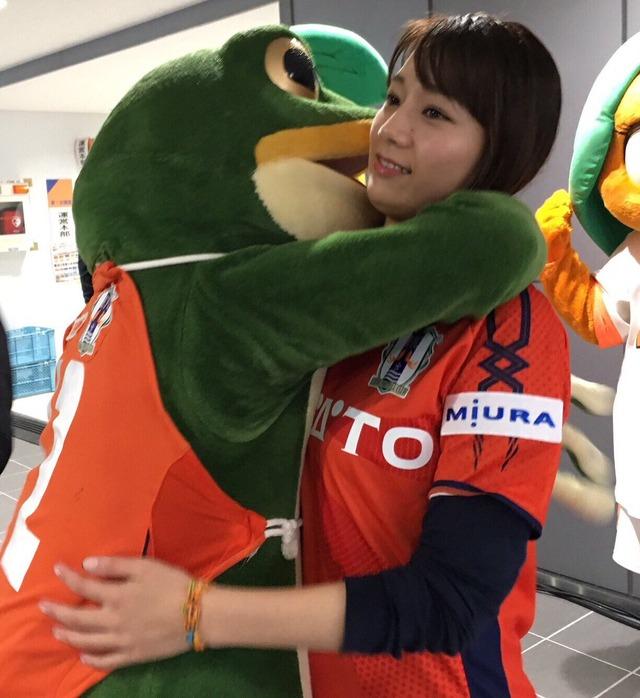 ◆悲報◆Jリーグ特命女子マネ佐藤美希、かえるの一平くんに抱きつかれて顔ひきつるw
