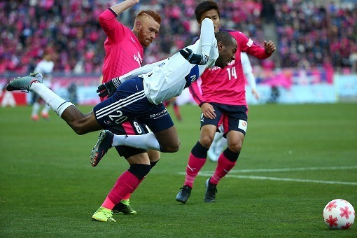 ◆悲報◆サッカー専門誌「横浜FMのマルティノスはブラジル人」(´・ω・`)