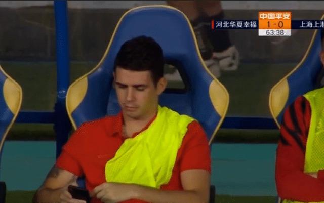 ◆悲報◆上海上港のスーパーブラジル人MFオスカル、試合中ベンチでスマフォ弄りして物議!出場停止の危機