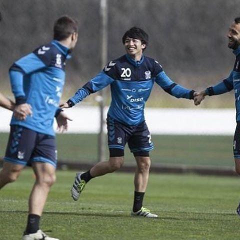 ◆朗報◆チームメイトと手を繋いで幸せそうな柴崎岳さん(´・ω・`)