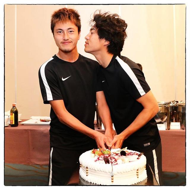 ◆悲報◆鹿島FW鈴木優磨の誕生日に金崎夢生が熱い口づけのプレゼント(´・ω・`)