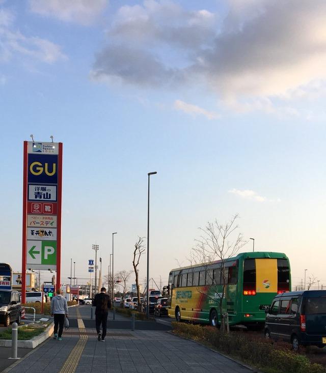 ◆画像◆名古屋に勝って上機嫌の千葉エスナイデル監督、チームバスに乗らず徒歩で帰っていく(´・ω・`)