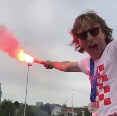 ◆動画小ネタ◆モドリッチ国に帰って大歓迎!パレードのバスの上で発煙筒振り回しててワロタwww