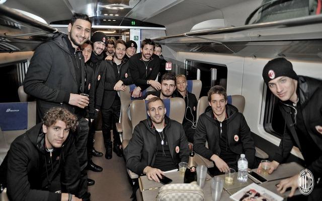 ◆ミラン本田◆達観顔の本田さん、帰りの電車でチームメイトとパシャリ!