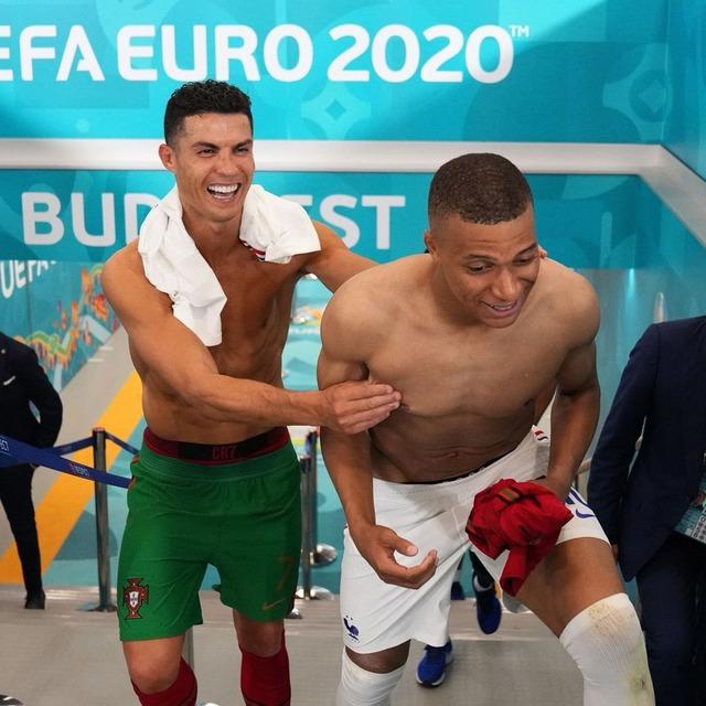 ◆悲報◆仏代表FWエンバペ、試合終了後クリロナさんに◯首を摘まれてしまうwww