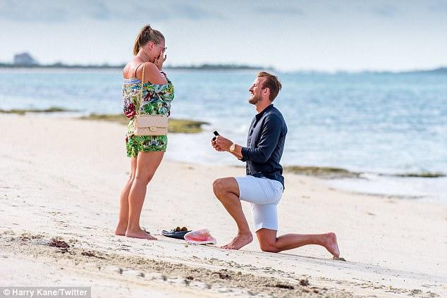 ◆おめでと◆スパーズのエースFWハリー・ケイン浜辺でフィジカル強そうな彼女にプロポーズ!
