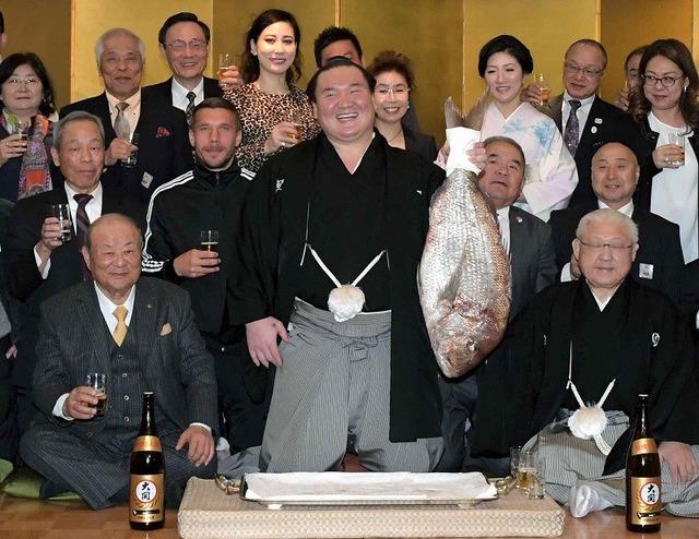 ◆画像◆白鳳の優勝祝賀会で白鳳の横に当然のように写るポドルスキwww