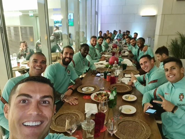 ◆画像◆コロナ感染クリロナさん擁するポルトガル代表、クリさんと密集で食事してて草