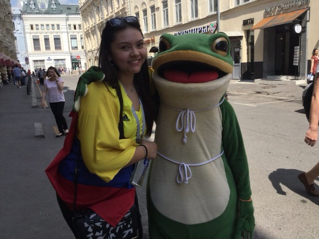 ◆W杯小ネタ◆朗報!カエルの一平くん、ロシアで豊満なコロンビア人女性とお近づきになる