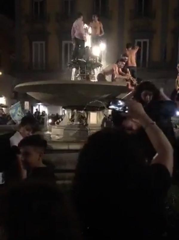 ◆セリエ小ネタ◆ユーベを撃破でナポリの街が大変な騒ぎに!いたるところから同時多発的に打ち上がり戦争みたいな光景に!